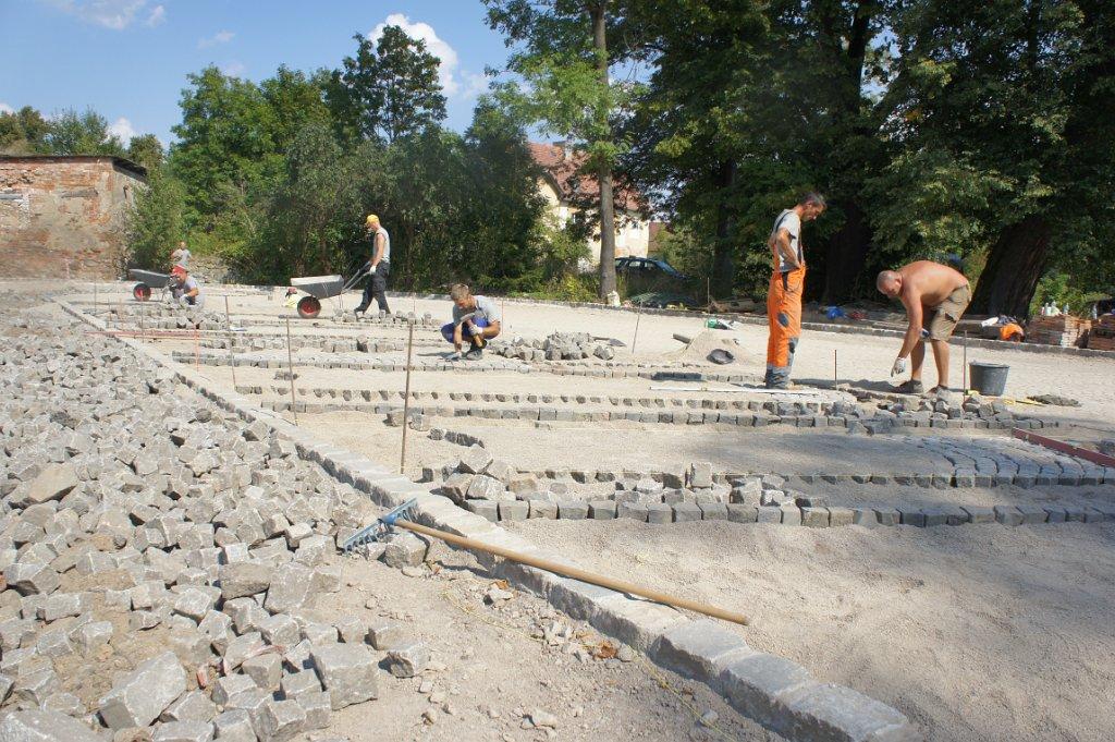 Budowa drogi i parkingu.